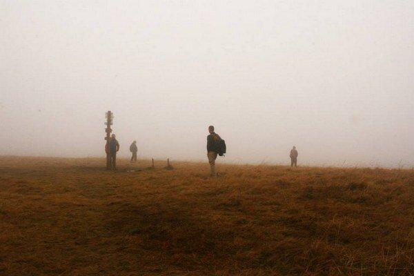 Hrebeň Veľkej Fatry sa nachádza v stredných polohách, drží sa ho oblačnosť a hmly.