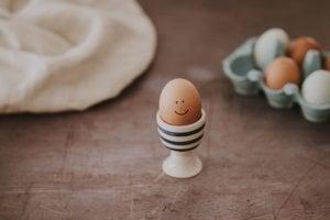 Jedno vajíčko uvarené natvrdo  obsahuje necelú desatinu dennej dávky vitamínu A.