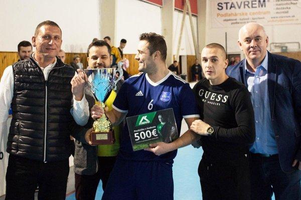 Víťazný pohár prevzal Marek Levický z Rumanovej.