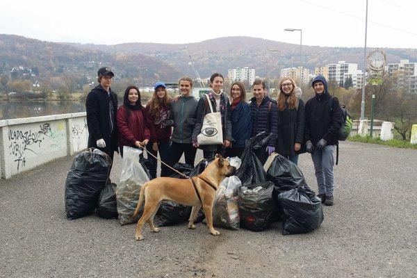 Zvolenská priehrada je o sto kíl odpadkov ľahšia.