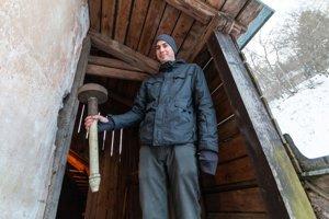Svietniky, aké používali hodrušskí aušusníci, našiel Peter Fridrich pod strechou kostola.
