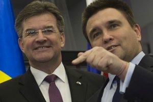 Zľava minister zahraničných vecí SR Miroslav Lajčák vo funkcii úradujúceho predsedu OBSE a minister zahraničných vecí Ukrajiny Pavlo Klimkin.