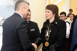 Zľava: Predseda vlády SR Peter Pellegrini a primátorka mesta Snina Daniela Galandová počas príchodu na výjazdové rokovanie 135. schôdze vlády SR v Snine.