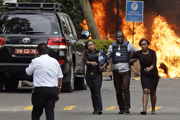 Situáci v blízkosti hotela v Nairobi tesne po útoku.