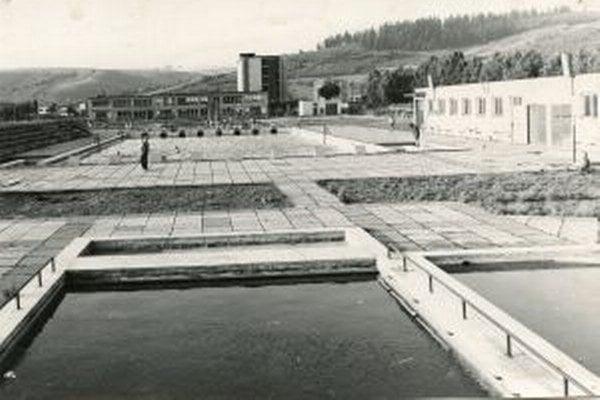 Textilácke kúpalisko slúžilo ľuďom vyše dve desaťročia.  Dnes aj tá povestná studená voda v ňom počas dvojtýždňovej odstávky fabriky má nádych príjemnej nostalgie.