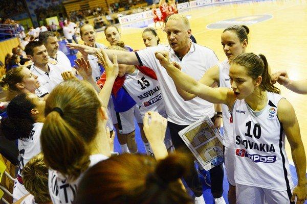 Tretí sprava tréner Maroš Kováčik, druhá sprava Dominika Baburová, vpravo Zuzana Brezániová.