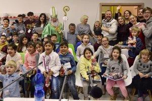 Deti z detského domova v Trnave sa tešia z návštevy Mikuláša.