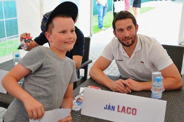 Brankár Ján Laco a mladý fanúšik.