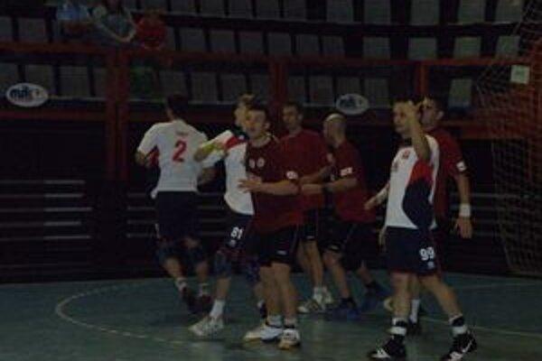 Firit (vľavo č.2) bol najväčším postrachom domácej obrany v zápase N. Zámky - Pov. Bystrica 26:31.