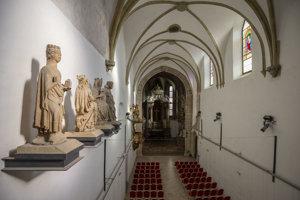 Interiér kostola Povýšenia svätého Kríža.