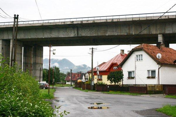 Donedávna najdlhší cestný most na Slovensku. Protihlukové steny na ňom stále chýbajú. Urobili ich len nad Podturňou, čo je približne polovica.