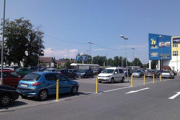 Parkovisko pri hypermarkete spoplatnili, lebo ho využívali aj ľudia, ktorí doňho nechodili nakupovať.