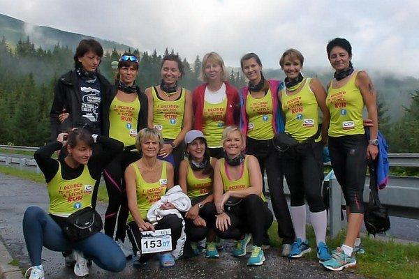 Veronika Kováčiková (prvá zľava v dolnom rade), Slávka Mlynčeková (druhá zľava v hornom rade), Lenka Ondrášová, Janka Ondreášová, Dagmar Hudecová, Adriana Federičová.