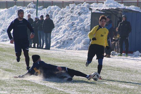 Vavrečka (v modrom) sa prevažnú časť zápasu bránila.