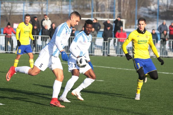 Nitrianske zadné rady inkasovali v dvoch zápasoch deväť gólov. Na snímke v bielom stopéri Križan a Niba.