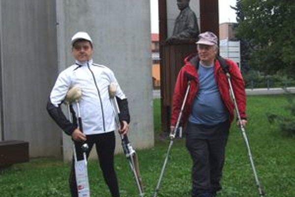 Básnik Ivan Šobáň (vľavo) a rezbár Dalibor Novotný pre sochou Martina Rázusa v Liptovskom Mikuláši, odkiaľ prešli vlani s barlami až do Liptovského Hrádku.