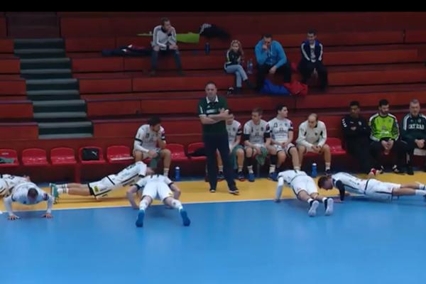 Netradičný moment v podaní hádzanárov Tatrana Prešov počas oddychového času zaujal i pobavil.