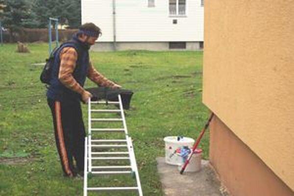 Práce na oprave fasády už začali.