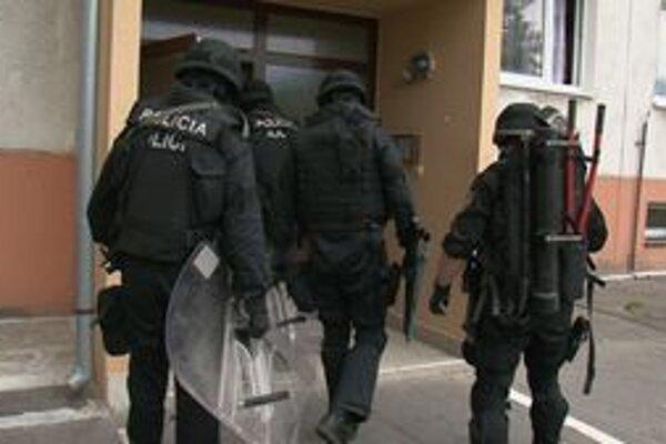 Policajti sa snažili s ozbrojeným  mužom vyjednávať a upokojiť ho. Keď sa im to nedarilo, zavolali na pomoc kukláčov.