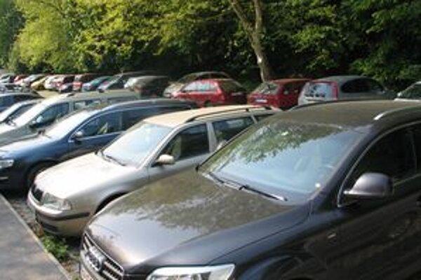 Áut je stále viac a parkovacích miest stále menej.