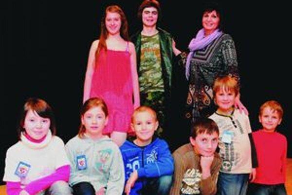Úspešní divadelníci z literárno-dramatického odboru odboru ZUŠ Ľudovíta Fullu v Ružomberku. Vpravo hore vedúca odboru Anna Mišurová.