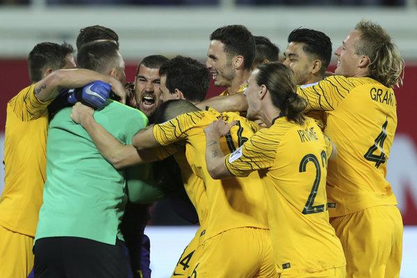 Futbalisti Austrálie sa tešia z postupu.