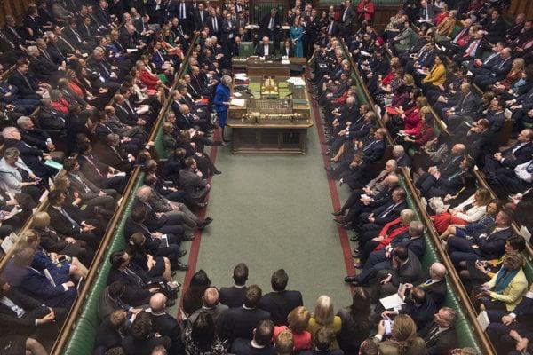 Britská premiérka počas prejavu v britskom parlamente.