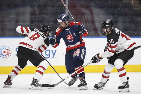 Maxim Čajkovič (v strede) je najväčšou slovenskou nádejou pre draft do NHL.