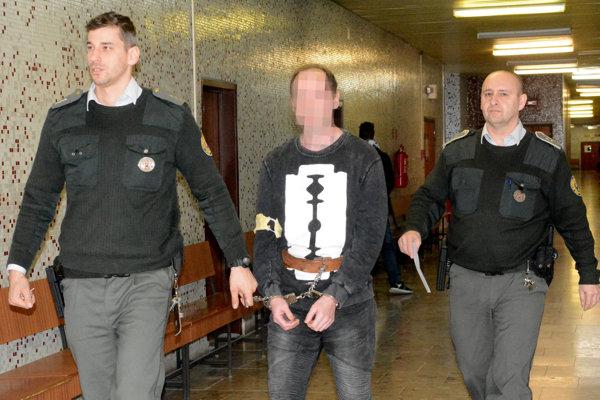 Tibor na súde.