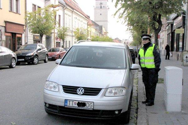 """Zaplatené """"parkovné"""" pravidelne kontrolujú hliadky mestskej polície."""
