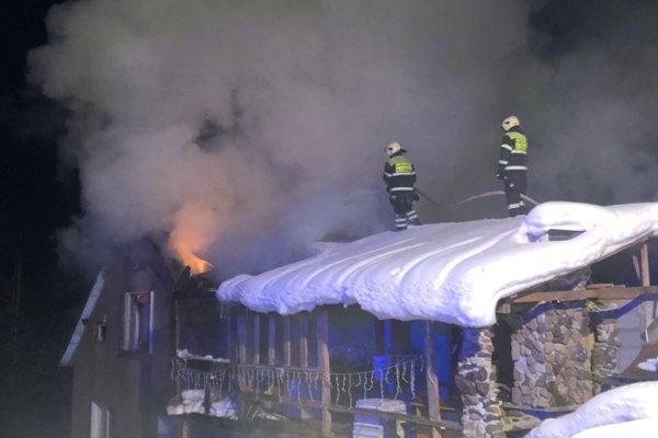 K požiaru privolali hasičov krátko po polnoci.