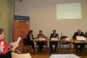 Na workshope o územnej spolupráci sa predstavil aj náš kraj. Vľavo Beáta Balková a Beáta Hábeková.