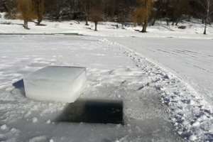 Hrúbka ľadu dosahuje okolo 30 centimetrov.