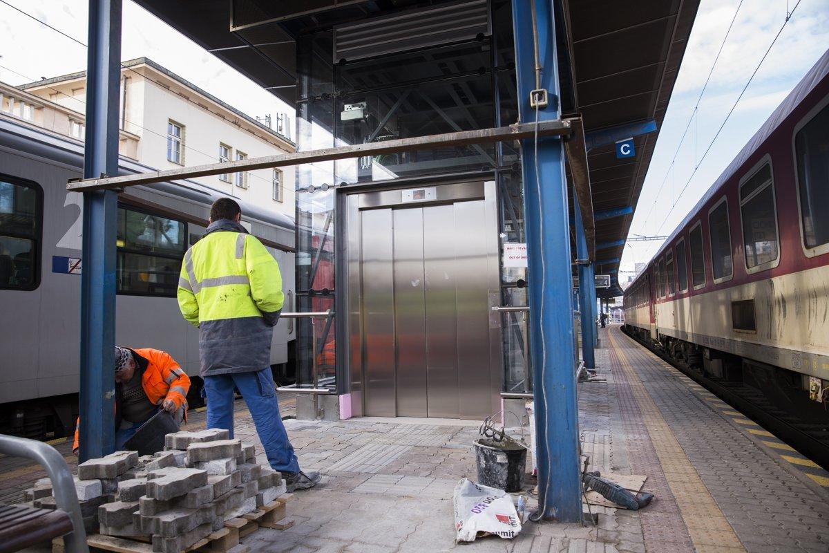 0e6334b4a5 Na snímke rekonštrukcia výťahu na jednom z nástupíšť Hlavnej stanice v  Bratislave.