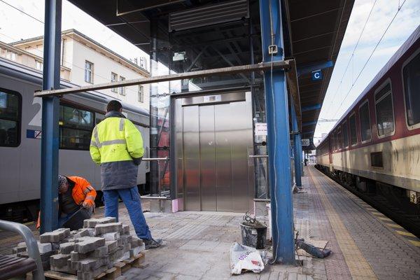 Na snímke rekonštrukcia výťahu na jednom z nástupíšť Hlavnej stanice v Bratislave.