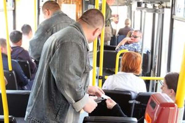 Čierni pasažieri v autobusoch sú v liptovských okresoch výnimkou, ľudia si lístky poctivo kupujú.