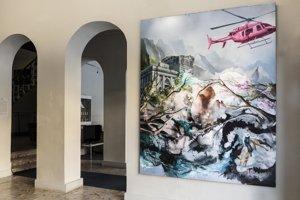 Cez výklad Múzea Vojtecha Löfflera možno vidieť  veľkorozmerné dielo  Michala Černušáka American Dream.