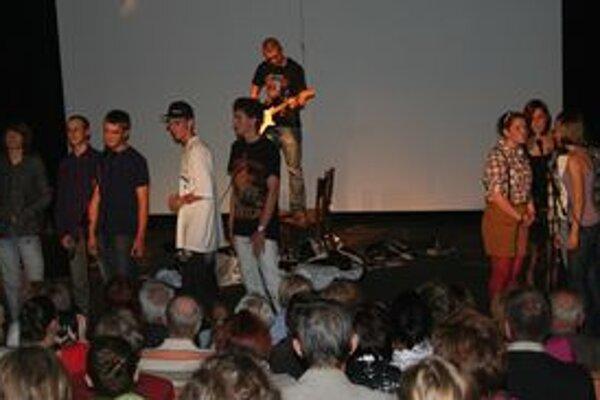 V rámci slávností včera spoločne vystúpili žiaci Evanjelickej spojenej školy a Evanjelického gymnázia Juraja Tranovského a študenti Gymnázia M. M. Hodžu.
