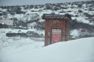Snehom zaviata tabuľa obce Ladmovce.