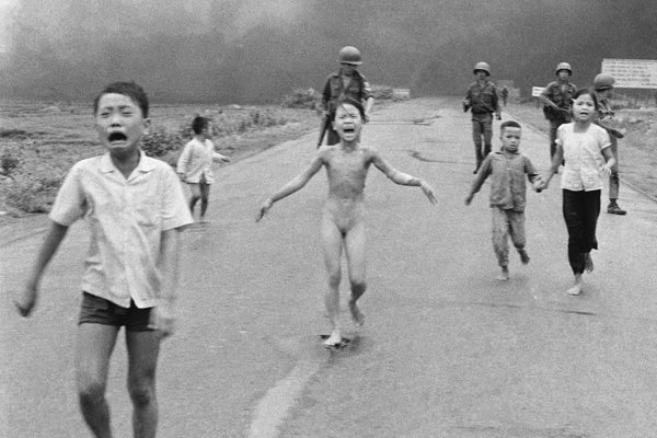 Skupina detí beží z juhovietnamskej dediny Trang Dang, na ktorú omylom zhodila napalm vlastná armáda. V strede záberu je deväťročné nahé dievča Phan Thi Kim Puc.