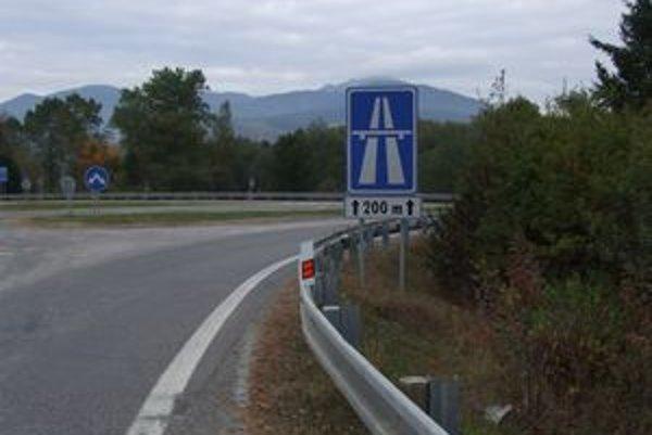 Dopravný hlavolam a zmätok na diaľnici spôsobuje nesprávne označenie. Môžu za to dve šípky na dopravnej značke.
