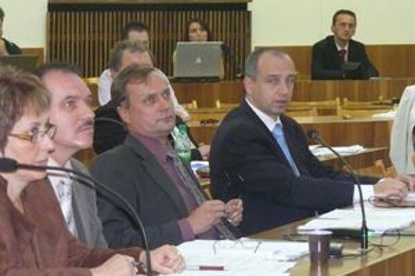 Poslanec Karas (druhý sprava) so zmluvou nesúhlasil.