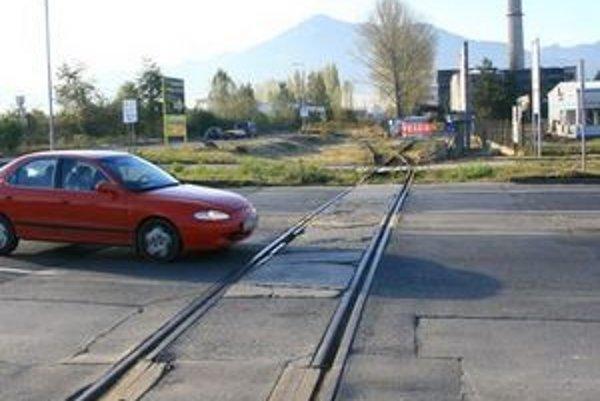 Okrem počasia už majiteľovi nebráni nič, aby mohol koľajnice z frekventovanej cesty odstrániť.