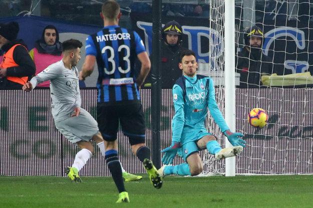 Stephan El Shaarawy (vľavo) strieľa gól AS Rím do siete Atalanty. Napokon Rimania získali iba bod.