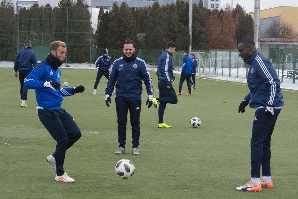 Ricky van Haaren (v strede) počas zimnej prípravy. V Slovane napokon pokračovať nebude.