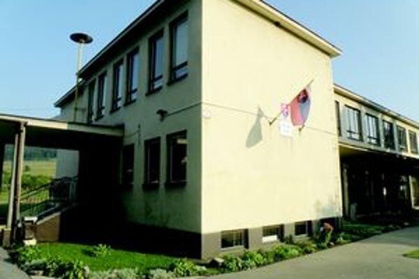 Základná škola v Považskej Teplej, kde bývalá riaditeľka pracovala. Tvrdí, že svoje meno očistí.