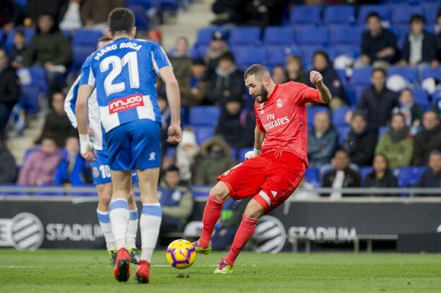 Karim Benzema (vpravo) strieľa jeden zo svojich gólov do siete Espanyolu.