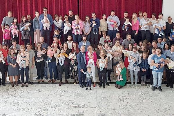 Na fotografii je 38 detí narodených v roku 2018, celkovo 124 ľudí. Toto je jedna menšia ulica Zákamenného, ale približne tri štvrtiny Osádky, ktorá má len 165 obyvateľov.
