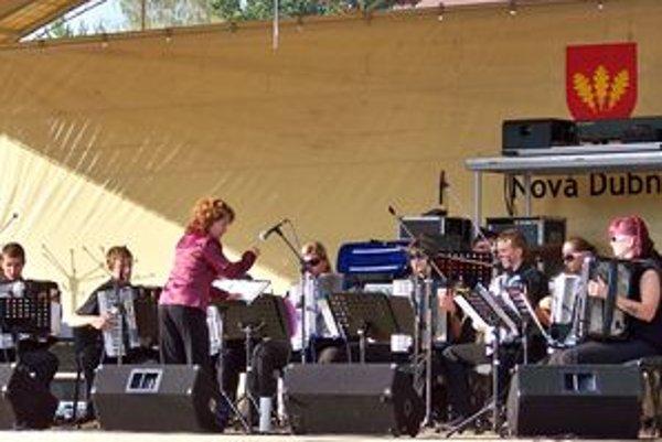Sobotňajšie popoludnie odštartoval akordeónový súbor Úsmev na čele s dirigentkou Martinou Holou.