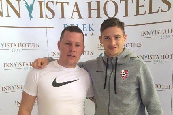 Športový manažér Roman Čavojský a nová posila ŠKF iClinic Sereď Dino Špehar.